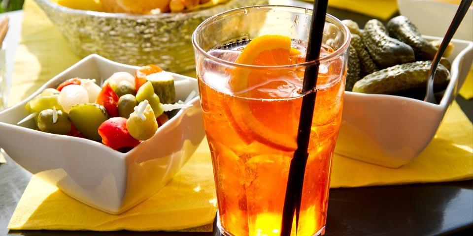 ANDRIA. Aperitivo con  stuzzichini  vari e bevande analcoliche a soli Euro 5,00 per due  persone, da  Caffè Da  Villa.
