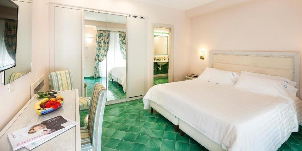 ISCHIA. 1 Notte in Mezza Pensione a soli Euro 75,00 a persona, da Hotel Continental.